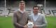 Après le Racing, le SC Freiburg signe avec hummel. Jens Binek (hummel) et Oliver Leki (SC Freiburg) après la signature du contrat. Foto: SCF / Achim Keller