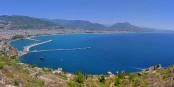 So schön die türkische Riviera auch sein mag, wie hier die Bucht von Alanya, so bricht der Tourismus in der Türkei gerade ein. Foto: Nize / Wikimedia Commons / CC-BY-SA 3.0