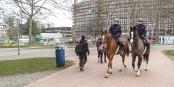 Polizeihauptmeistern Patrizia Hartl und Polizeiobermeister Martin Moch bei ihrem ersten Streifenritt im Freiburger Eschholzpark vor dem Rathausneubau. Foto: Bicker