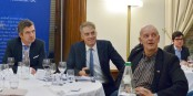 Herbert Dorfmann (MdEP aus Südtirol), Daniel Köster (Pressesprecher der EVP), Kai Littmann (Eurojournalist(e)) Foto: Fiona Goerg / CC-BY-SA 3.0