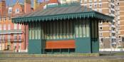 Les bancs de Brighton vous racontent plein d'histoires. Foto; (c) 2016 Esther Heboyan