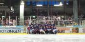 In einem rauschenden Saisonabschlussfest feierten Mannschaft und Fans des EHC Freiburg am Ostersamstag gemeinsam den Klassenerhalt. Foto: Bicker