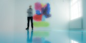 Peter Zimmermann auf und vor seinem Werk im Freiburger Museum für neue Kunst. Foto: Arne Bicker