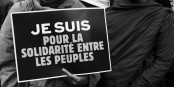 Comment ne pas souscrire à ce slogan ? Comment faire plus que faire des slogans ? Foto:  Passion Leica from Paris, France / Yikimedia Commons / CC-BY 2.0