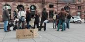 """Hier matin, """"Nuit debout"""" a distribué gratuitement du café bio devant le Starbucks à Strasbourg - un action très appréciée par les passants. Foto: Eurojournalist(e)"""