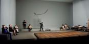 Sparsame Bühnengestaltung, um den Theaterbesucher nicht vom Wesentlichen abzulenken. Foto: Arno Declair