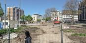 Die verlotterte Wiese Zwischen Freiburger Stadttheater und Kollegiengebäude II der Universität gehört bald der Vergangenheit an. Foto: Bicker