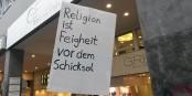 """""""La religion est la lâcheté devant son destin"""", disait cette pancarte des contre-manifestants qui protestaient contre une manifestation d'extrémistes chrétiens. Foto: Eurojournalist(e)"""