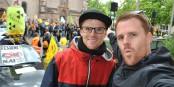 """Alleine 2000 Menschen demonstrierten gestern in Breisach - unter anderem mit musikalischer Begleitung der deutsch-französischen HipHopper von """"Zweierpasch"""". Foto: Zweierpasch"""