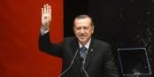 Da müssen wir aber noch etwas üben, Herr Erdogan. Daumen ausklappen und Arm ausstrecken, dann kommt es der Sache schon richtig nah... Foto: www.r4bia.co, / Wikimedia Commons / PD