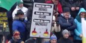 """""""Le pire des mots de l'année - Merkel ; Le pire des comportements - l'Islam ; la pire des armes - la massue des nazis"""", voilà les paroles de la """"Pegida"""". Foto: Kalispera Dell / Wikimedia Commons / CC-BY-SA 3.0"""