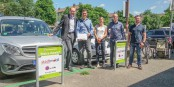 Bürgermeister Martin Haag (links) und Mitstreiter des FREI-MOBIL-Konzepts präsentieren die neuen Stellplätze am Wiehre-Bahnhof. Foto: Bicker