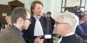 Le lanceur d'alerte Antoine Deltour (à g., avec ses avocats Me Penning et Me Bourdon) a été condamné à 12 mois de prison avec sursis et 1500 € d'amende. Foto; Ato Grosso / Wikimedia Commons / Wikimedia Commons / CC-BY-SA 4.0int