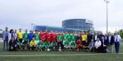 So sehen Sieger aus - die Teams von Sporting Schiltigheim II und dem FV Unterharmersbach mit weiteren Akteuren der deutsch-französischen Freundschaft. Foto: LAFA