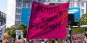 Quand on a peur de tout, on finit par avoir peur de la liberté, comme dit cette pancarte lors d'une manifestation à Berlin. Foto: Udo from Berlin, Germany / Wikimedia Commons / CC-BY 2.0
