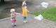 Die fünfjährige Ella und ihre dreijährige Schwester Mara lassen aus durchsichtigen Plastikbeuteln Winddrachen werden. Foto: IHK