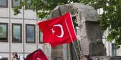 Türkische Fahnen in Köln - und nun sollen Deutschland und die Türkei Erdogan bei seinen Säuberungen unterstützen. Foto: © Raimond Spekking / CC-BY-SA 3.0 via Wikimedia Commons