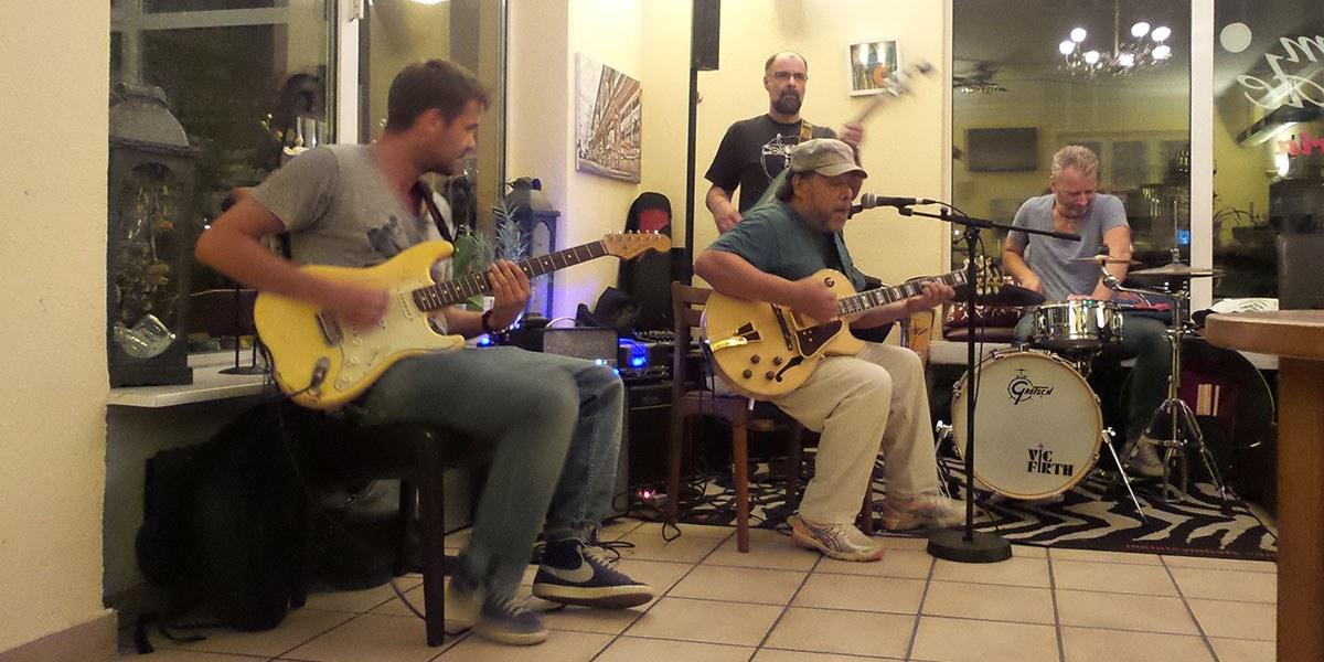 Die Tino-Gonzales-Band im Freiburger Restaurant Cum Laude. Foto: Bicker.