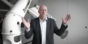 Sieht Sterne von Berufs wegen: Dr. Thomas Presper, neuer Leiter  des Planetariums Freiburg. Foto: Bicker.