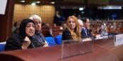 Sakena Yacoobi und Colin Crouch beim Weltforum für Demokratie - hier begegnen sich Welten... Foto: MM / Council of Europe 2016