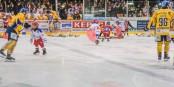 Nachwuchsspieler des EHC Freiburg und Künstläuferinnen der Eissportgemeinschaft Freiburg sammelten im Vorjahr beim Spiel gegen Weißwasser 2.600 Plüschtiere vom Eis. Foto: Bicker