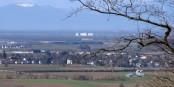Blick von Baden nach Fessenheim. Wenn das Ding hochgeht, ist der Oberrhein unbewohnbar. Foto: Andreas Schwarzkopf / Wikimedia Commons / CC-BY-SA 3.0