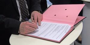 Historisch - mit sicherer Hand unterzeichnet Peter Cleiss die Vereinbarung mit der Partnerschule in Schiltigheim. Foto: Eurojournalist(e)