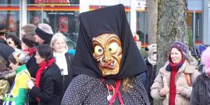 Bei so schrecklichen Masken nimmt der Winter die Beine in die Hand... Foto: Jaan-Cornelius K. from Buenos Aires, Argentina / Wikimedia Commons / CC-BY-SA 2.0
