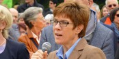 Annegret Kramp-Karrenbauer interdit des meeting qui n'avaient pas été prévus... Foto: Jakob Gottfried / Wikimedia Commons / CC-BY-SA 3.0