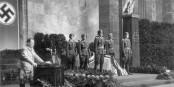 Et il y en a qui osent dire que Helmut Lent (dans le cercueil, au pupitre Herrmann Göring) n'était pas proche du nazisme... Foto: Bundesarchiv Bild 183-J27851 / Lange, Eitel / Wikimedia Commons / CC-BY-SA 3.0