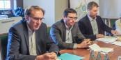 Freiburgs Baubürgermeister Prof. Martin Haag, SC-Vorstand Oliver Leki und SFG-Geschäftsführer Jochen Tuschter (von links) stellten am Donnerstag im Freiburger Rathaus den Bebauungsplan vor. Foto: Bicker