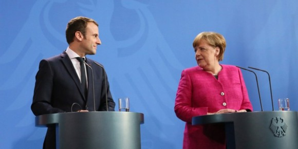 Un regard amoureux... mais le salut européen ne viendra pas que de deux pays, mais il faut qu'il soit porté par les 27 ! Foto: (c) Présidence de la République / N. Bauer