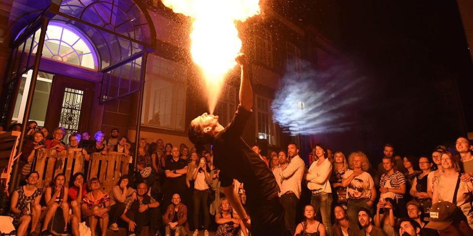 Staunende Besucher bei der Feuershow mit David Caspar vor (oben) und beim Lindy-Hop (unten) in dem Freiburger Museum für neue Kunst. Fotos: Rita Eggstein.