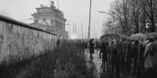 Helmut Kohl, von Regenschirmen gegen alle äußeren Widrigkeiten geschützt, schreitet am 22. Dezember 1989 zur Öffnung des Brandenburger Tors. Foto: Michael Magercord CC-BY-SA 3.0