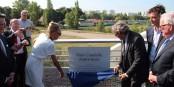 """La veuve d'André Bord, Francine Bord et le maire de Strasbourg Roland Ries, dévoilent la plaquette sur le """"Pont de la Citadelle - André Bord"""". Foto: Eurojournalist(e)"""