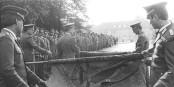 Am 3. Oktober 1990 rollten die Soldaten der NVA endgültig ihre Fahnen ein... Foto: Bundesarchiv, Bild 183-1990-013 / Gahlbeck, Friedrich / Wikimedia Commons / CC-BY-SA 3.0