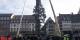 Hoch mit dem Baum! Über 30 Meter ist der Weihnachtsbaum in Strasbourg hoch... Foto: CF