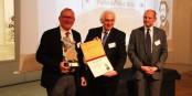 Roland Frey (Museums-PASS-Musées), Klaus Riemenschneider (Prix Bartholdi) et Laurent Touvet (Préfet du Haut-Rhin) lors de la remise du Prix d'Honneur. Foto: Eurojournalist(e) / CC-BY-SA 4.0int