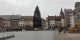 Graue Wolken auch über dem Ersatz-Weihnachtsbaum. Der weist Risse auf und muss nun durch einen dritten Baum ersetzt werden... Foto: Eurojournalist(e)
