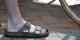Bereits das Weglassen der ansonsten obligatorischen weissen Socken steigert die beliebtheit deutscher Touristen im Ausland um 21,4 %... Foto: Tony Alter / Wikimedia Commons / CC-BY 2.0