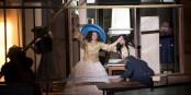 Dans le théâtre et devant - la vie est parfois absurde... Foto: TNS / Brigitte Enguerand
