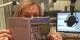 """Wiebke Ecklé mit ihrem Buch """"Geschichten aus Paris und der Rue Poncelet"""". Foto: privat"""
