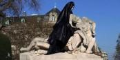 A la mémoire des victimes des pogromes du 14 février 1349, le Monument aux Morts portait du noir hier. Foto: Eurojournalist(e)