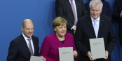 Da sind sie nun, stolz, mit dem unterschriebenen Koalitionsvertrag. Wie lange die Zwangsehe wohl hält? Foto: Sandro Halank