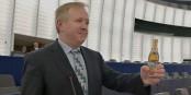 """13 Kästen """"Tannenzäpfle"""" pro Kopf würde den deutschen Steuerzahler der """"Brexit"""" kosten... Foto: Freie Wähler"""