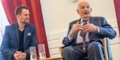 Generationen im Gespräch - Felix Neumann von Zweierpasch und Alfred Grosser. Foto: (c)  Das Reims-Projekt / Kunststiftung NRW / Melanie Stegemann