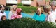 Des habitants de Mjolnerparken plantent des fleurs dans leur quartier avec des responsables politiques Foto: Ane Cecilie Blichfeldt / Wikimédia Commons / CC-BY-SA / 2.5Denmark