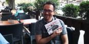 """Yannick Lefrançois avec son nouveau livre """"A plat Geiss"""". Foto: Eurojournalist(e) / CC-BY-SA 4.0int"""
