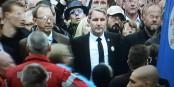 La honte - le faucon des néo-nationalistes Bernd Höcke arbore la Rose Blanche, symbole de la résistance anti-hitlérienne. Foto: ScS EJ