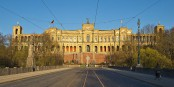 Dimanche, le Maximilianeum, siège du grouvernement régional de la Bavière, risque de vivre un séisme politique. Foto: Pedelec / Wikimedia Commons / CC-BY-SA 3.0